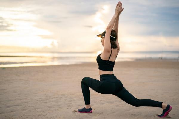 手伸不到地板,有危險!每天必做3伸展操,改善腰痠、屁股痛、防跌倒