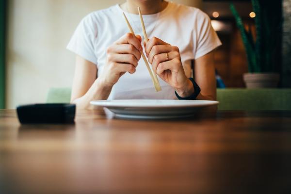 吃飯時怎麼坐和吃,才能避免嗆到?專家:掌握3重點,進食不誤嚥