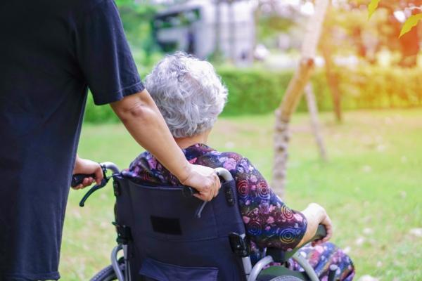 和外籍看護溝通有撇步!老年醫學權威詹鼎正:記住3點,爸媽得到更好照顧