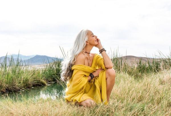 60歲接泳裝代言!銀髮超模Yazemeenah的保養法:休息,比什麼都重要