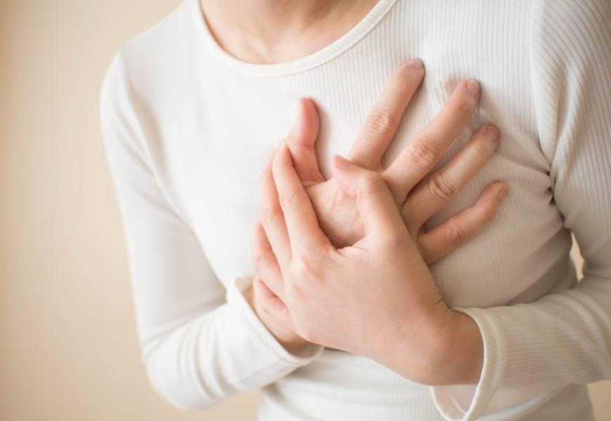 心悸、胸口痛,可能是心肌梗塞前兆!避免洗澡、睡眠猝死的保命好習慣