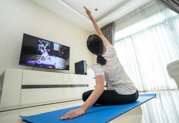追劇是活動身體的好時機!心理師:4個不勉強祕訣,每天在家都想運動