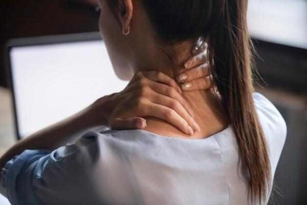 手舉高覺得吃力?每天3分鐘簡單舒緩動作,讓肩胛骨歸位、改善肩頸痠痛