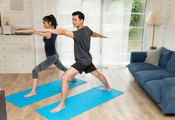 沒器材怎麼在家運動?體適能專家示範5組小挑戰,4本書就能練核心和平衡感