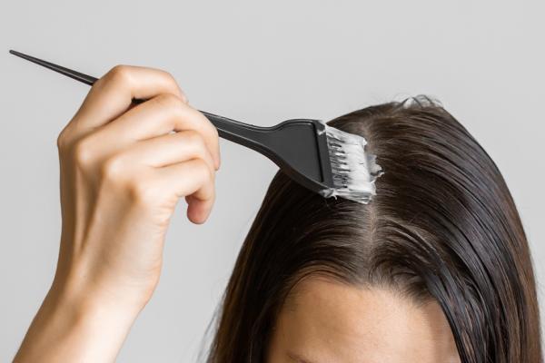 頭髮愈染愈白是真的!怎麼染較不傷身?專家:別輕信天然、護髮染,5撇步讓頭皮休息