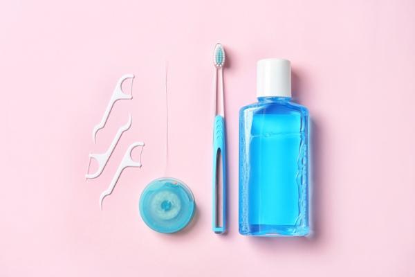 牙菌會引發失智!醫師:如何刷牙與挑牙刷,才能真正去除牙菌斑?