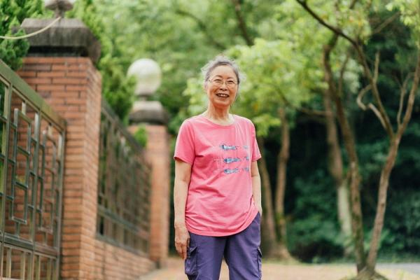 老後搬到安養院要換心情!80歲退休教師黃育清:有伴有自由,反而最輕鬆