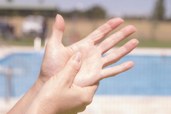 不想老後駝背,常按手掌與腳底!健身教練:改善循環、關節僵硬,從第一指節開始