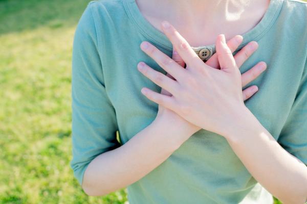 劉真病逝!常胸悶、呼吸不順、暈眩?主動脈瓣膜狹窄,4症狀早期發現