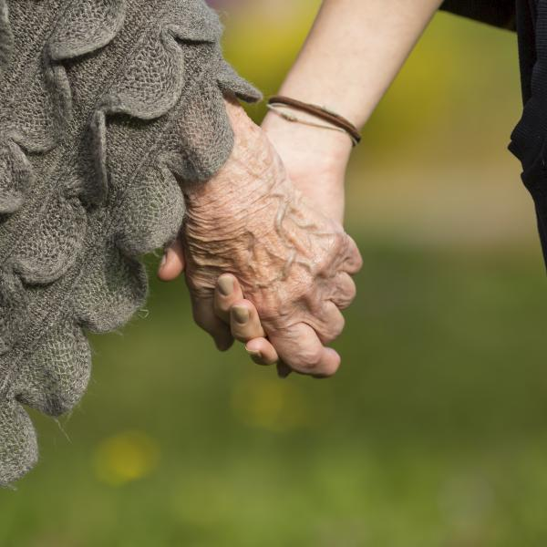 【丁菱娟專欄】面對老去的父母,像孩子一樣疼愛他們