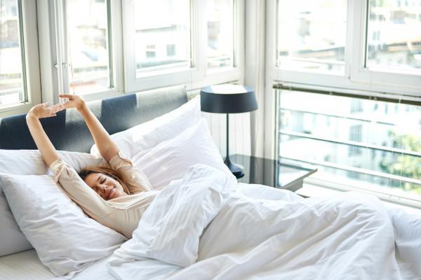 沒時間多做運動又想瘦?每天伸懶腰、坐沒靠背的椅子,增加「非運動性熱量消耗」